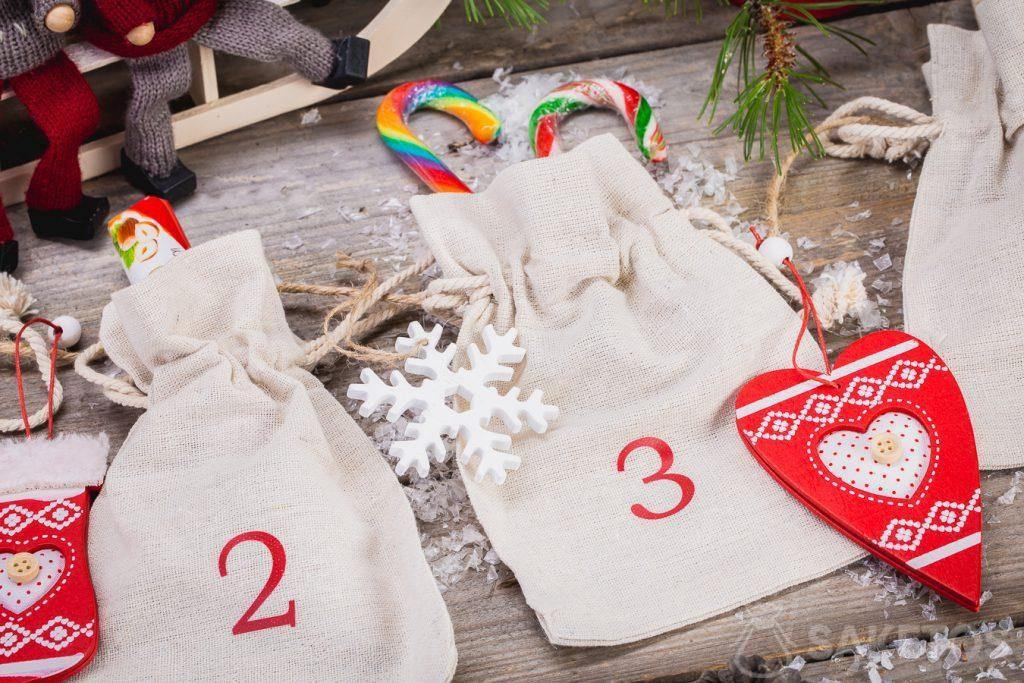 ¡Puedes poner dulces, adornos navideños, artilugios de la compañía o muestras de productos en bolsas de lino que forman el calendario de Adviento!
