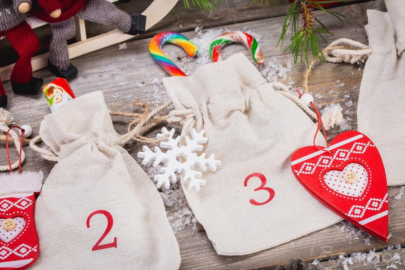 Calendario de Adviento hecho de bolsas de lino.