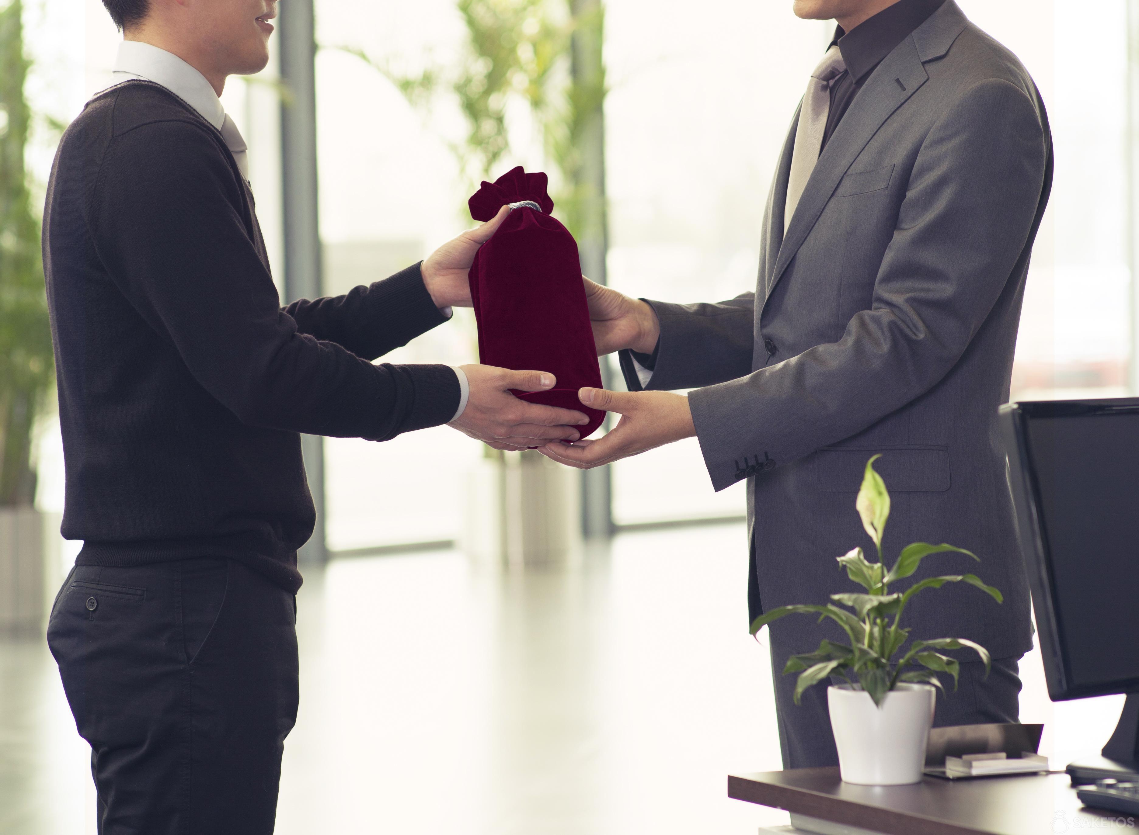 Regalos de negocios embalados en bolsas de tela