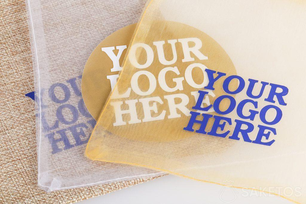 Bolsas publicitarias con el logotipo de la empresa.
