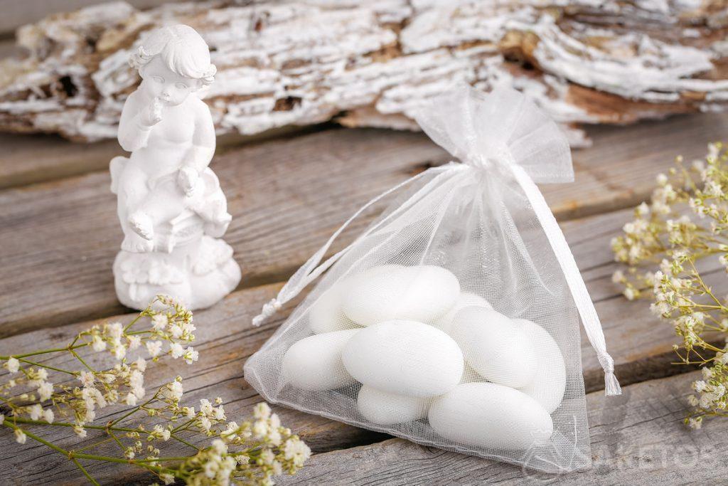 Ideas para un regalo para invitados de la boda: almendras o una figura de ángel empaquetada en una bolsa de organza