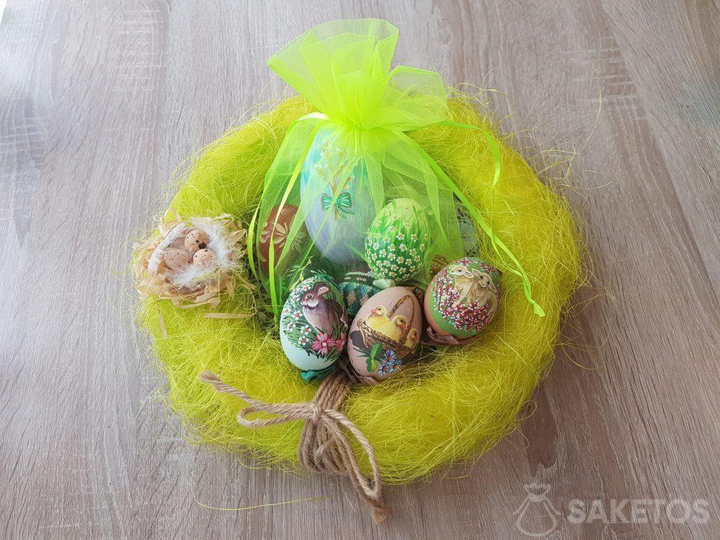 Huevos de Pascua hechos a mano en bolsas de organza verde neón