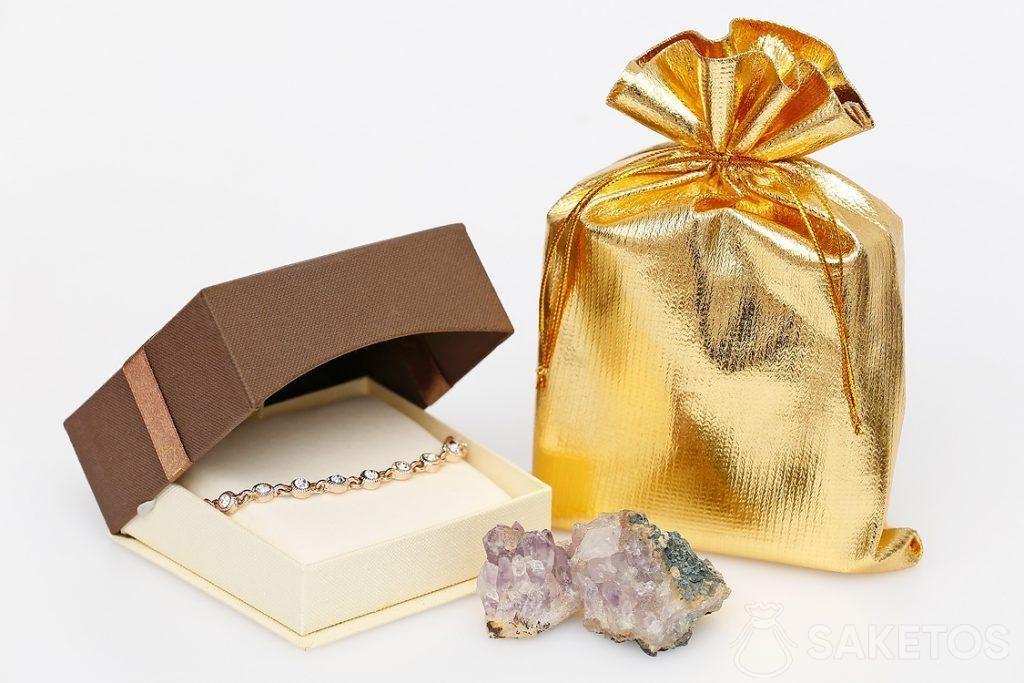 Bolsa metálica dorada y una pulsera elegante