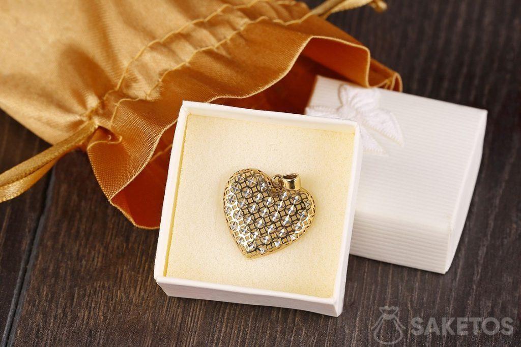 Bolsa de satén dorada como envoltorio para joyería
