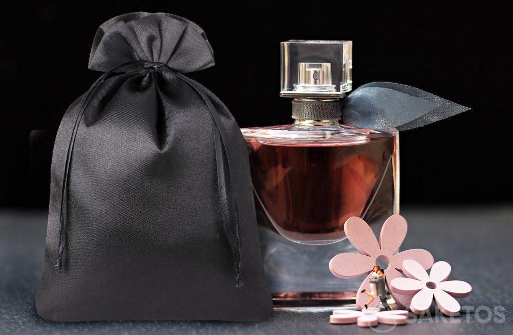 Una elegante bolsa de satén negra para perfumes