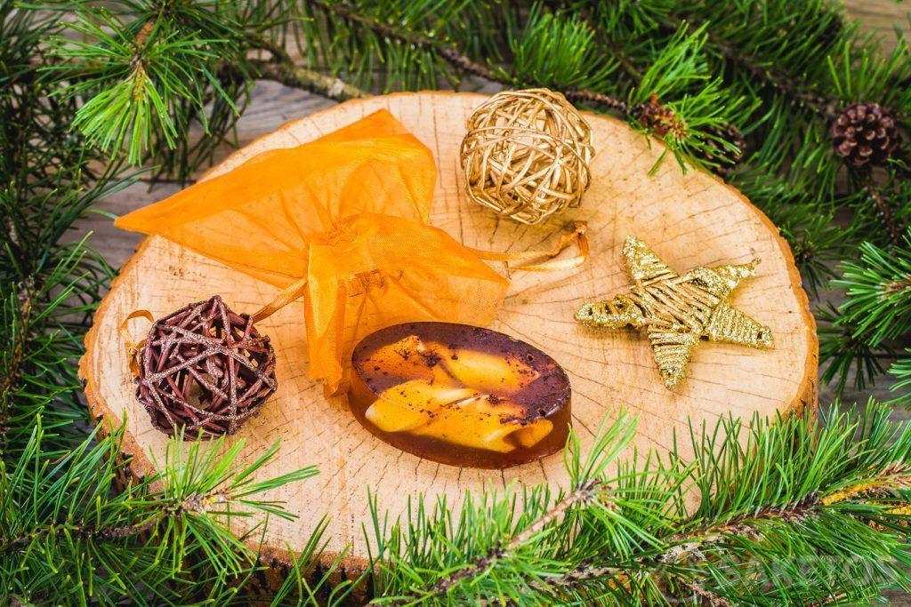 Jabón de glicerina de invierno y una bolsa de organza dorada como embalaje decorativo.