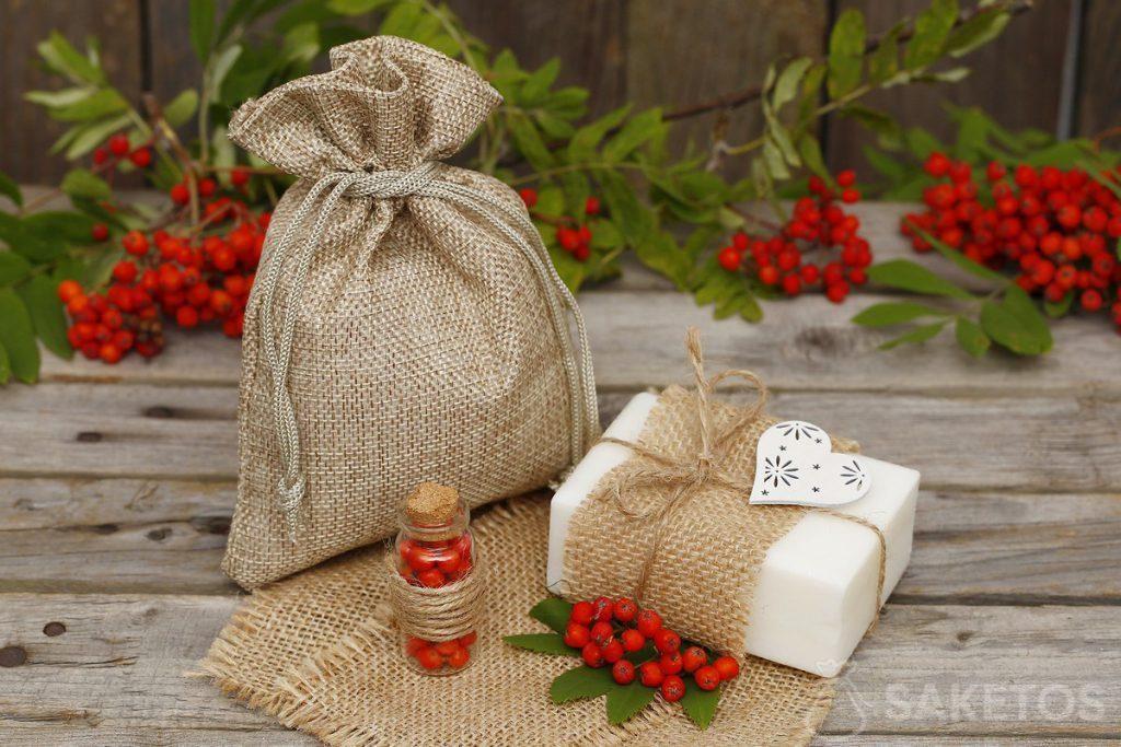 Jabón natural en bloque y bolsa burdeos de yute.