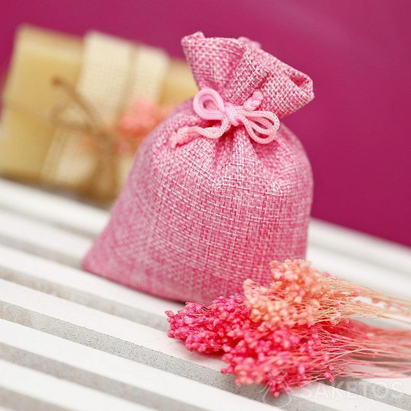 Bolsa de yute rosa para empacar una pastilla de jabón natural.