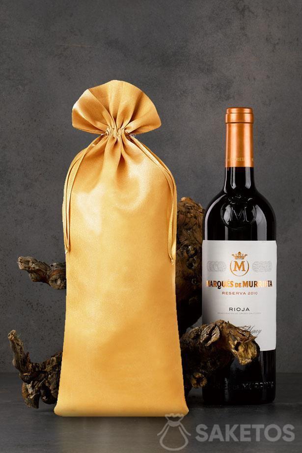 Bolsa de satén dorada con dimensiones de 16x37 cm como embalaje para una botella de vino