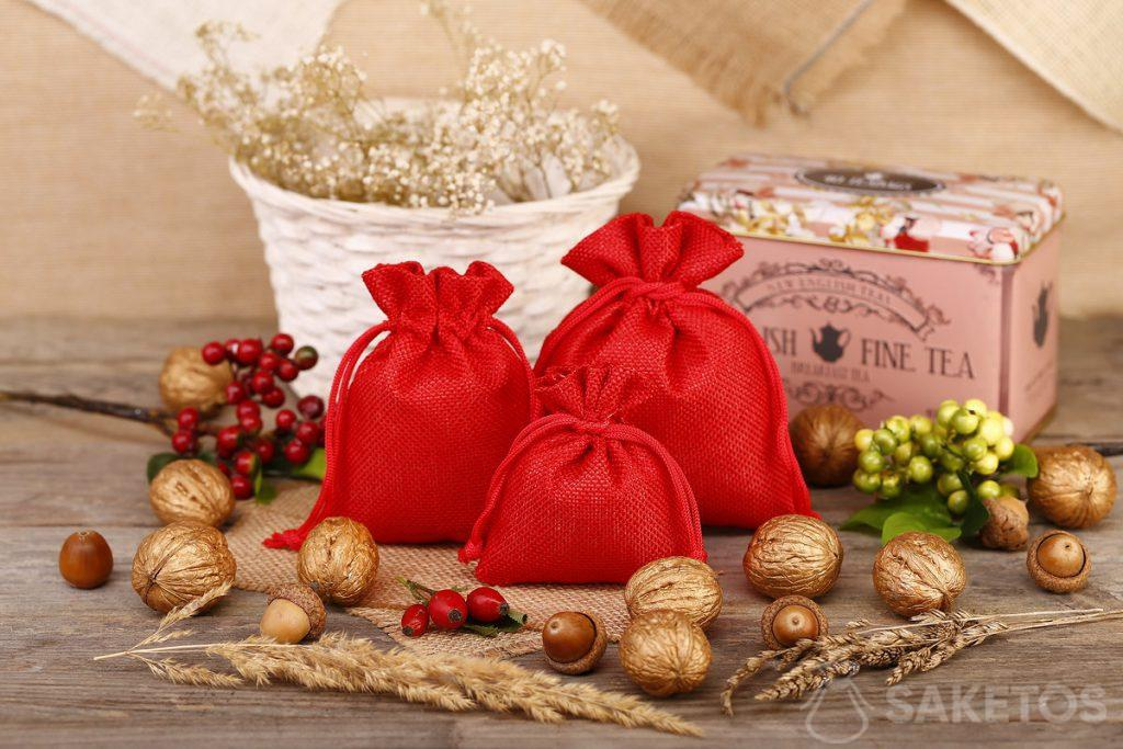 Las bolsas de yute rojo son excelentes como un paquete de té o café.