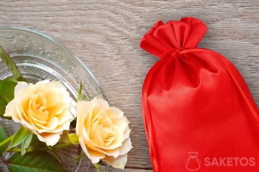 Bolsa de satén roja con rosas