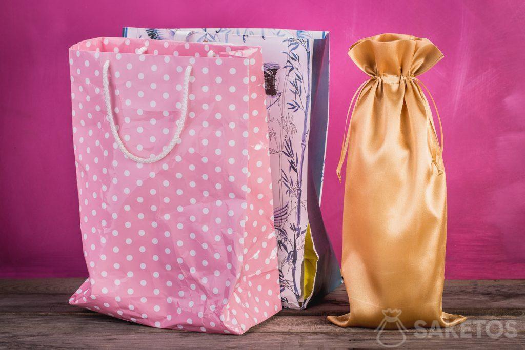 Comparación de una bolsa de regalo con una bolsa de material