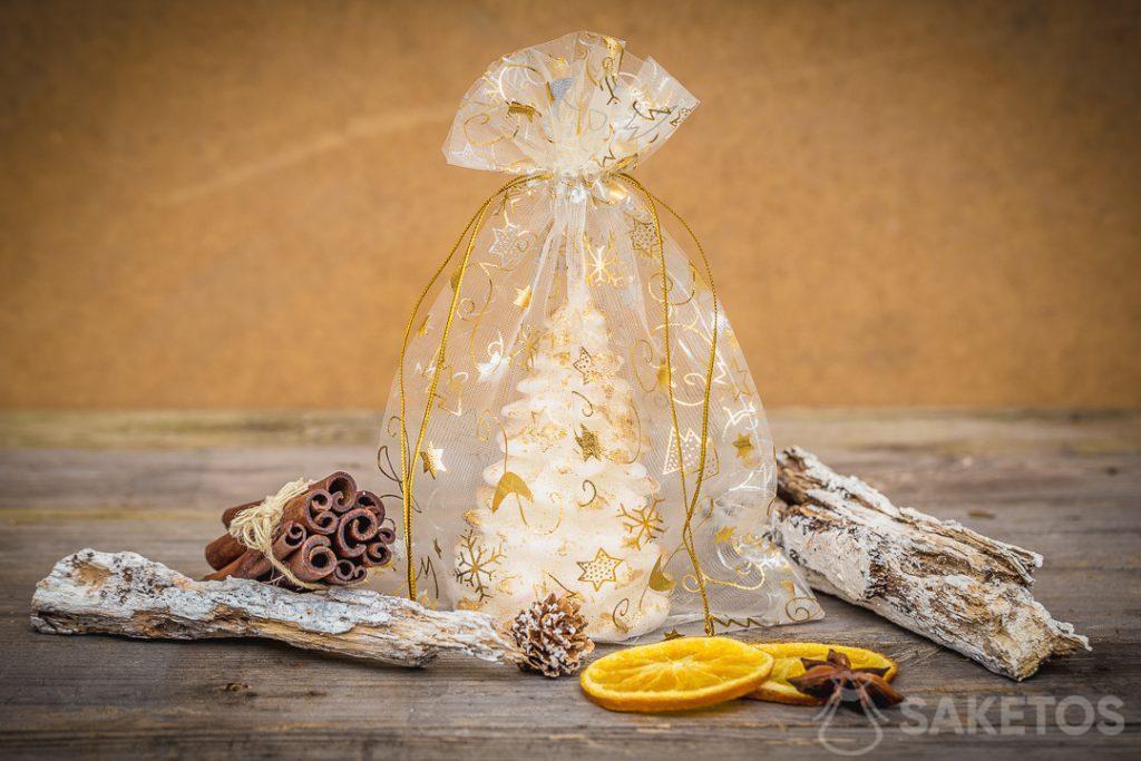 Bolsas de organza navideñas como embalaje de velas