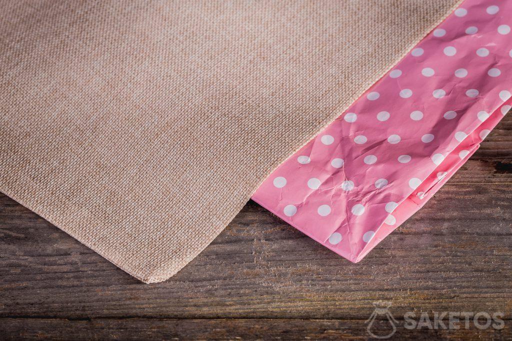 Las bolsas de material tienen la ventaja de no desgastarse tan rápido como las bolsas de papel