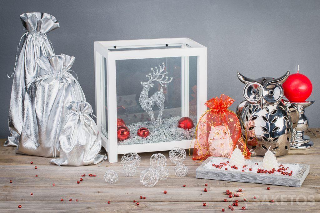 Las bolsas metálicas hacen que las decoraciones navideñas sean modernas