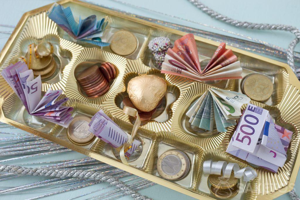 Los billetes y monedas se pueden colocar en una caja de chocolate entre pralinés