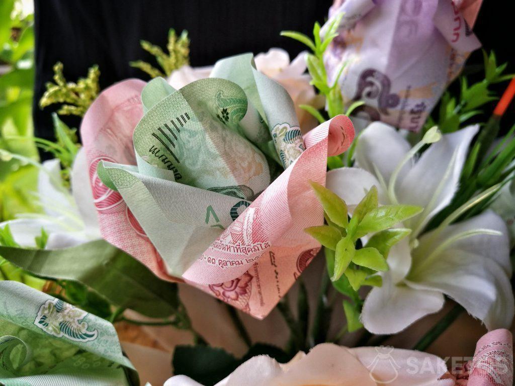 Ramo de flores de origami hecho con billetes