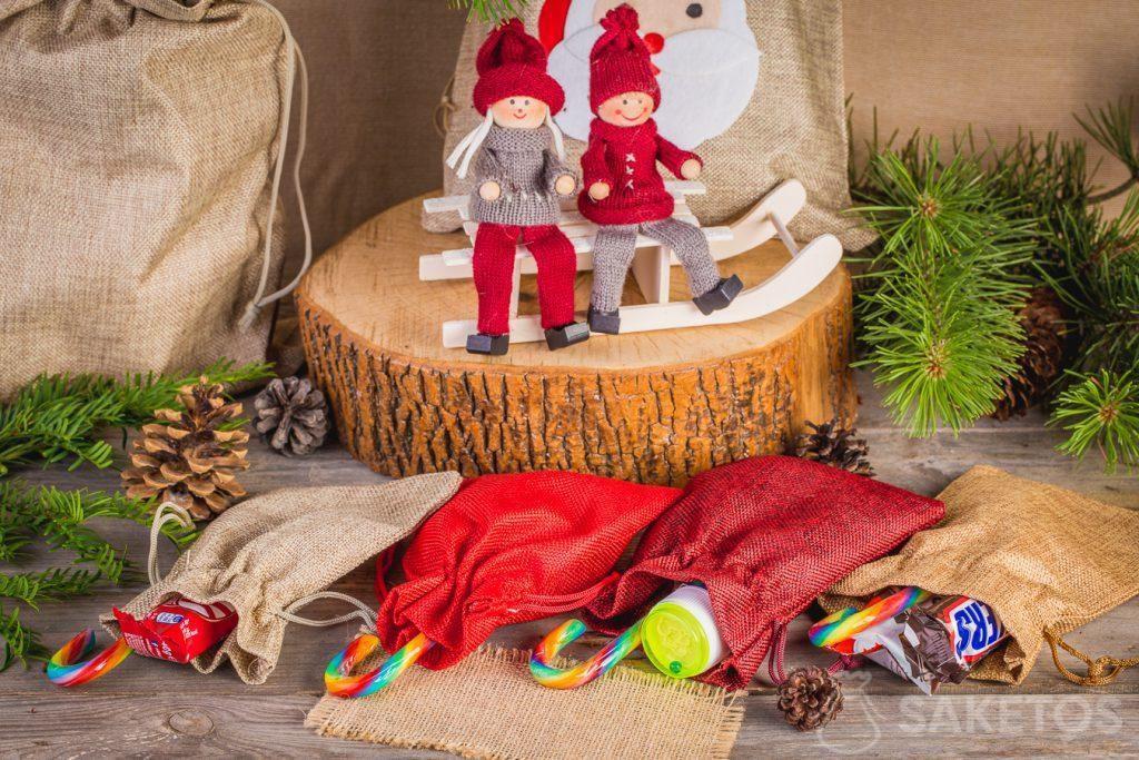 En bolsas de tela se puede empacar dulces para el día de Papá Noel