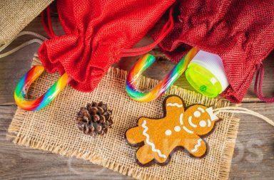 En las bolsas de tela se pueden colocar pequeños obsequios para niños, como dulces y juguetes pequeños, por ejemplo, burbujas de jabón.