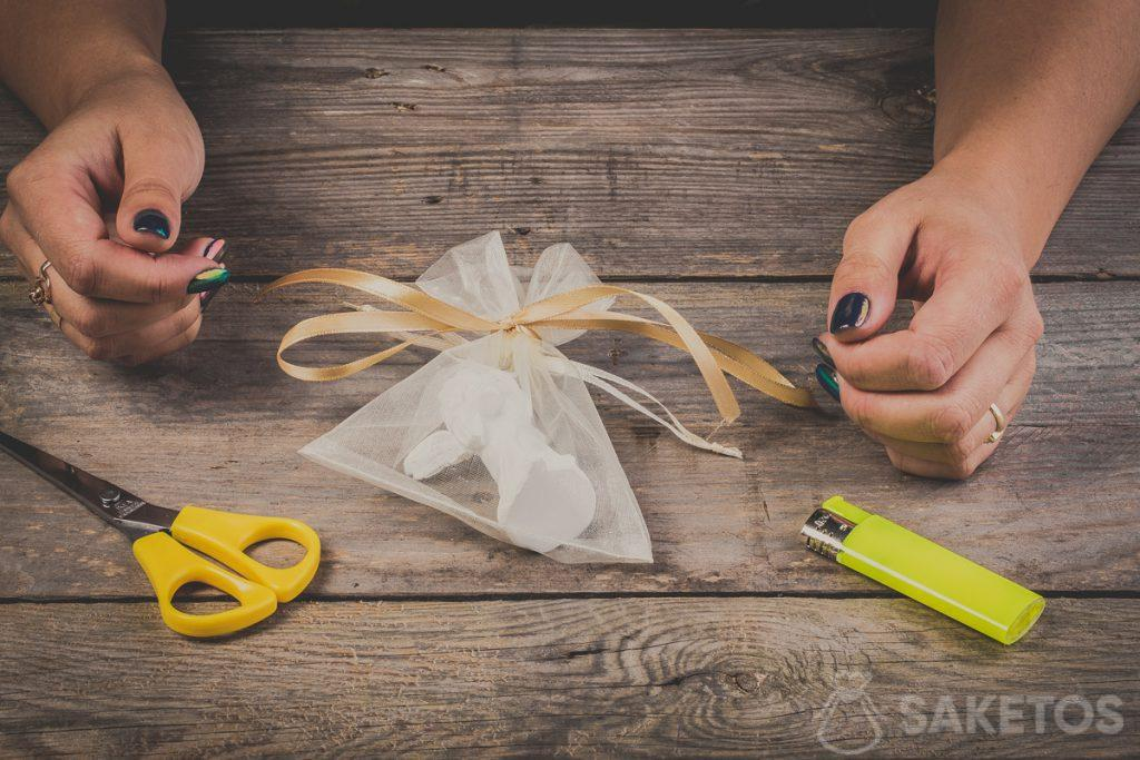 Lazo de cinta atado en una bolsa de organza: paso 10