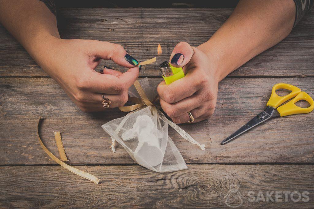Recuerda también quemar los extremos del lazo. Esto evitará que la cinta se deshilache: paso 12