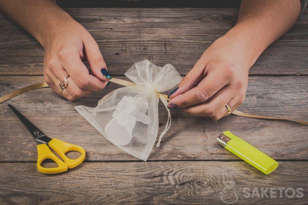 Cómo hacer lazo de cinta en una bolsa de organza: paso 2