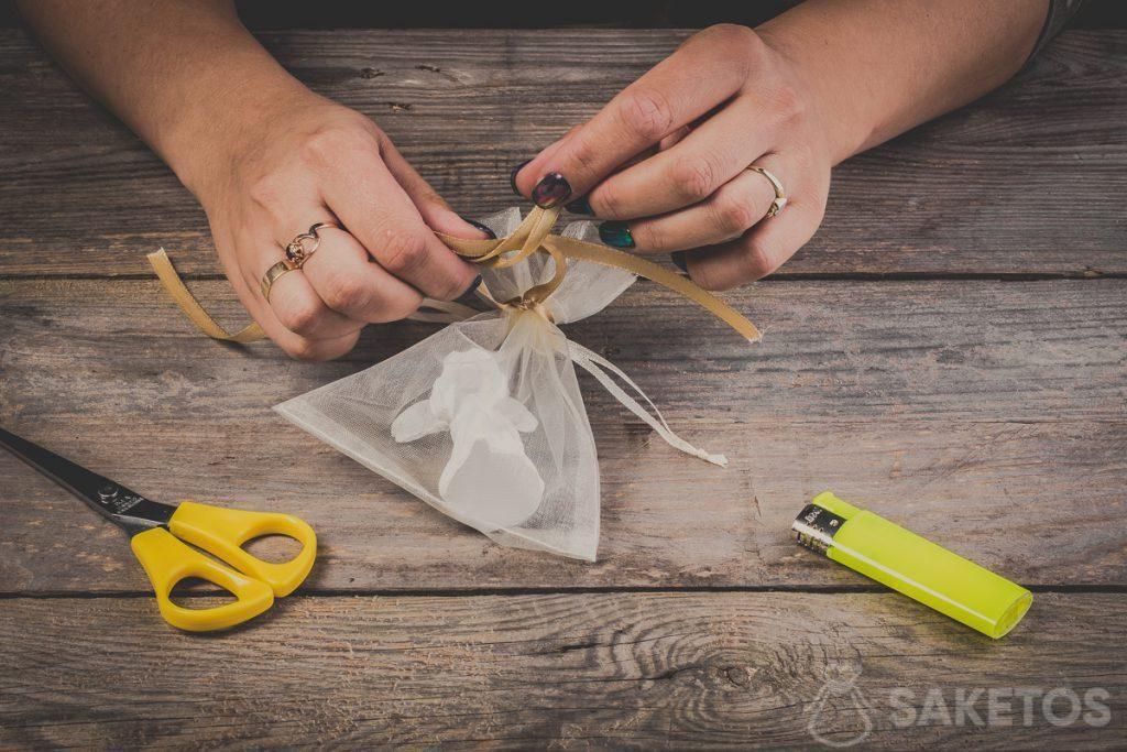 Pasando bucles al atar un lazo de la cinta: paso 8