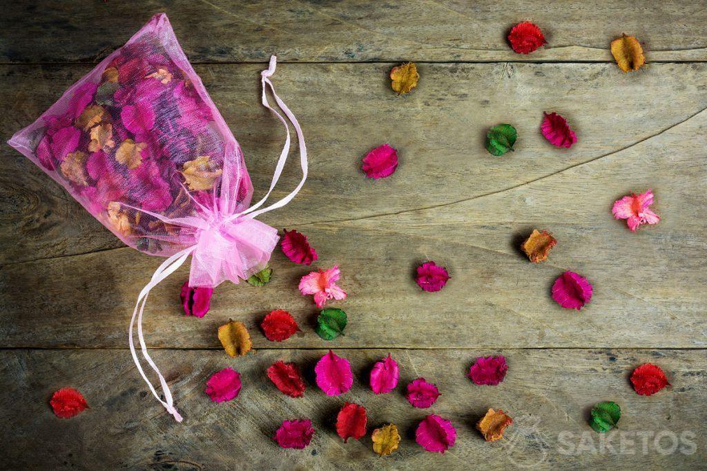 En bolsas de organza también se puede almacenar flores secas