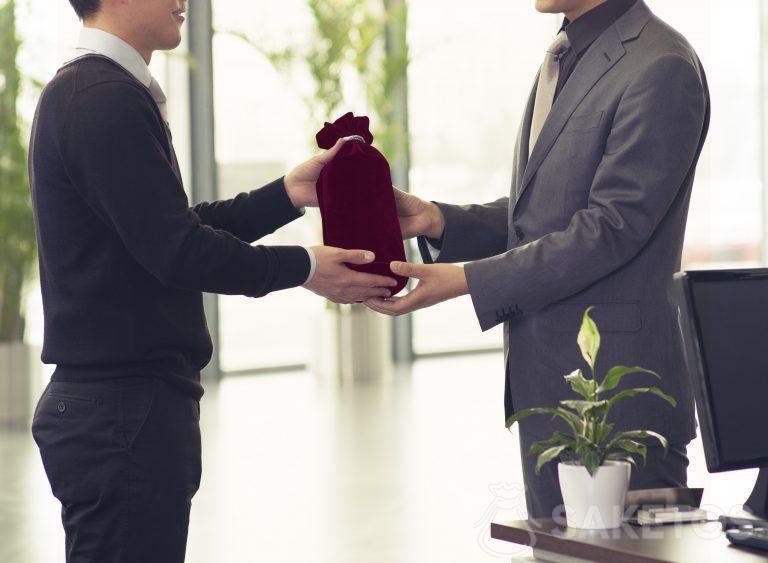 Alcohol empacado como regalo en una bolsa de terciopelo
