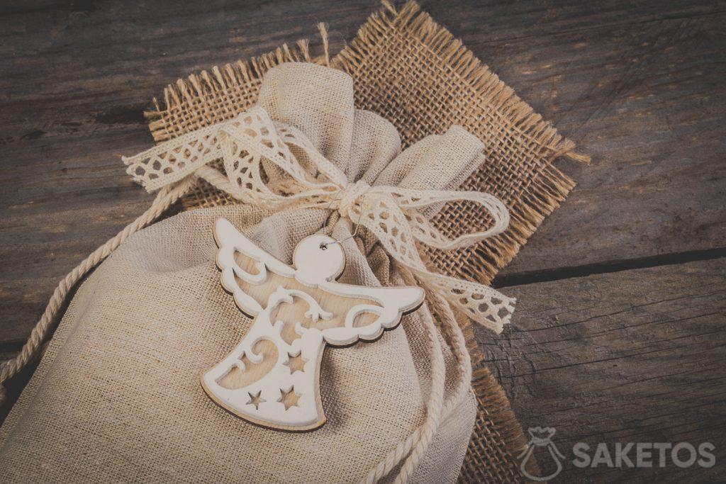 14Bolsa de lino atada con un lazo de cinta decorativa con un colgante decorativo