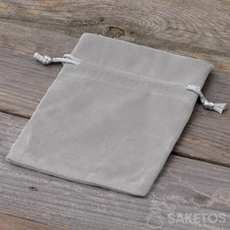 Una bolsa decorativa hecha de terciopelo gris