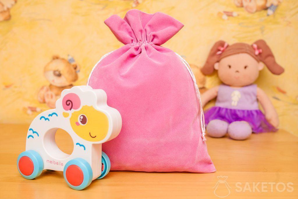 Las bolsas hechas de material de terciopelo son excelentes para el almacenamiento decorativo de juguetes
