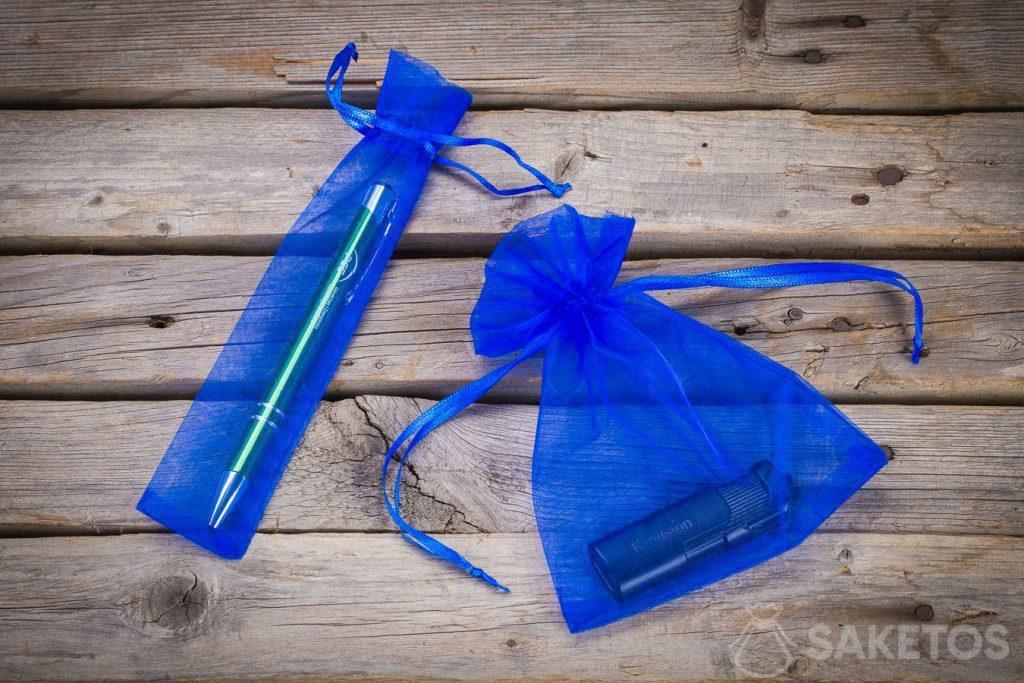 Bolsas de organza azul como embalaje de gadgets publicitarios