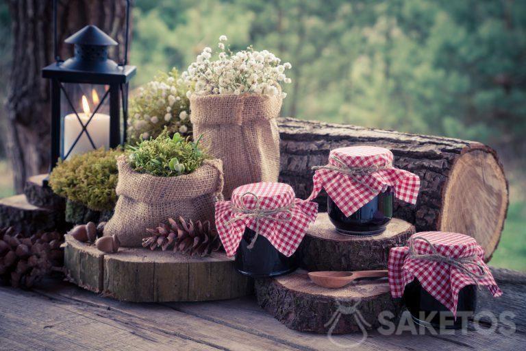 Decoración hecha de bolsas de yute y tarros decorados con conservas