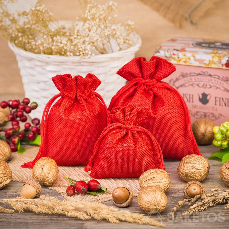 Bolsas de yute rojo como elemento decorativo en la cocina
