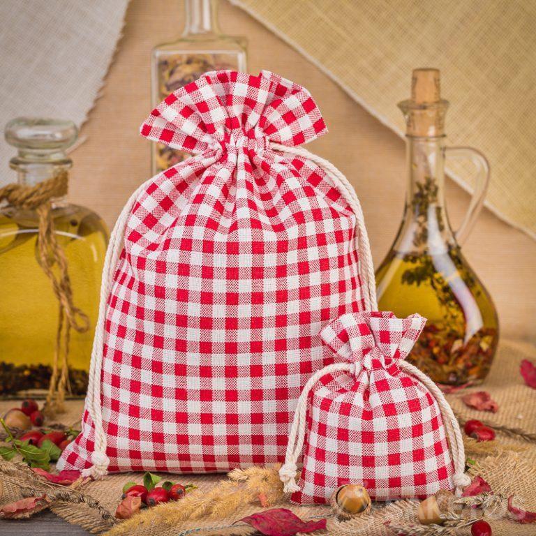 Bolsas de lino a cuadros rojas de moda son una gran decoración para una encimera o estante