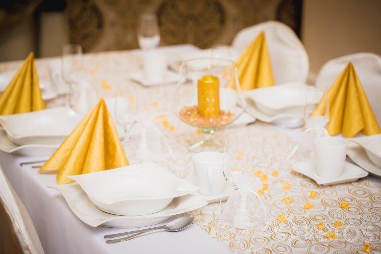3. Decoración de mesa en tonos blancos y dorados
