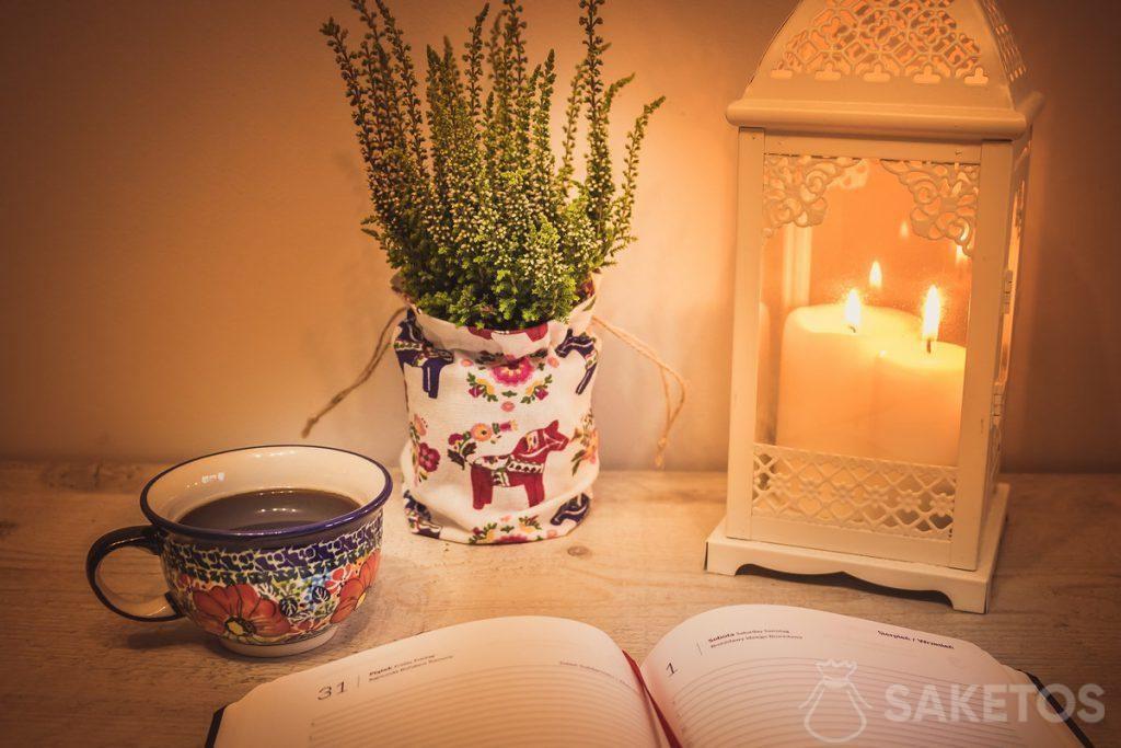 6. Mesa con una linterna decorativa y una bolsa de lino como funda de la maceta