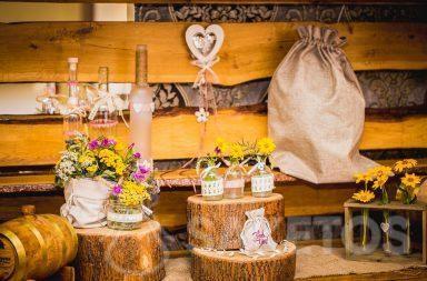 7. Bolsas decorativas de lino y yute de estilo rústico para la mesa de la boda