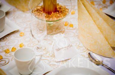 2. Bolsa de satén con estampado para agradecer a los invitados a la boda