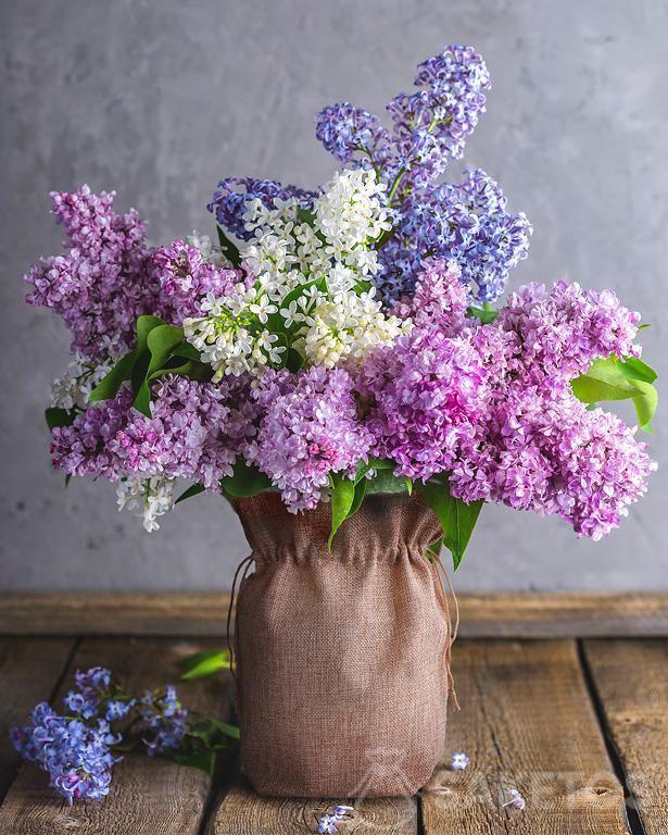 5. Bolsa de yute como funda de jarrón con flores lilas