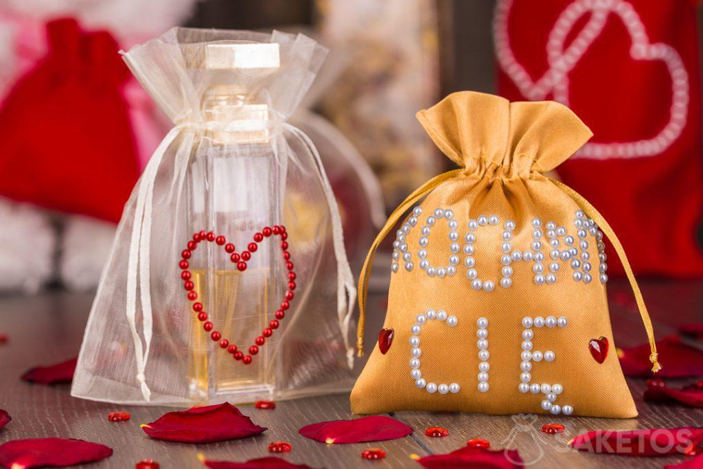 Las bolsas de materiales se pueden decorar manualmente con perlas y diamantes