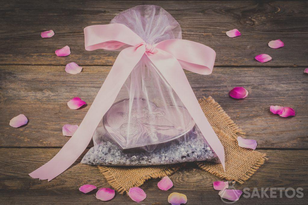 Lazo de cinta decorativa atado en una bolsa de organza