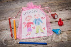 Regalo: una tarjeta de felicitación para los abuelos en una bolsa de organza