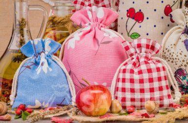 Bolsas de lino con estampados coloridos para decoraciones del hogar. Bolsa de organza es un elegante embalaje de velas
