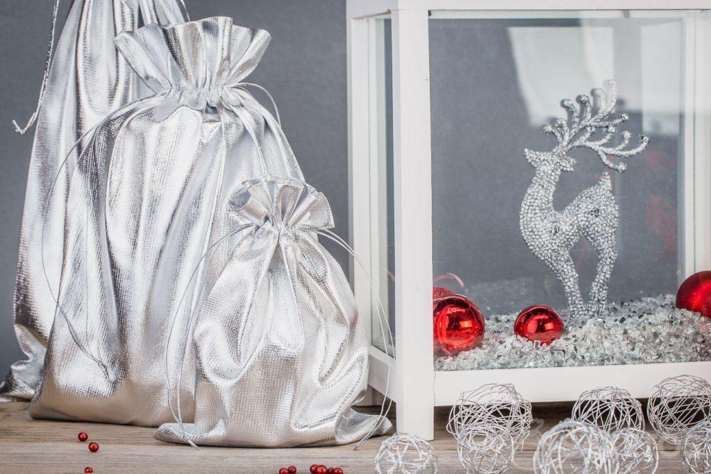 Decoraciones para el hogar hechas de bolsas metálicas plateadas