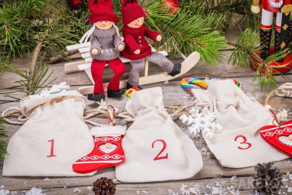 Las bolsas de lino permiten crear un calendario de Adviento rústico