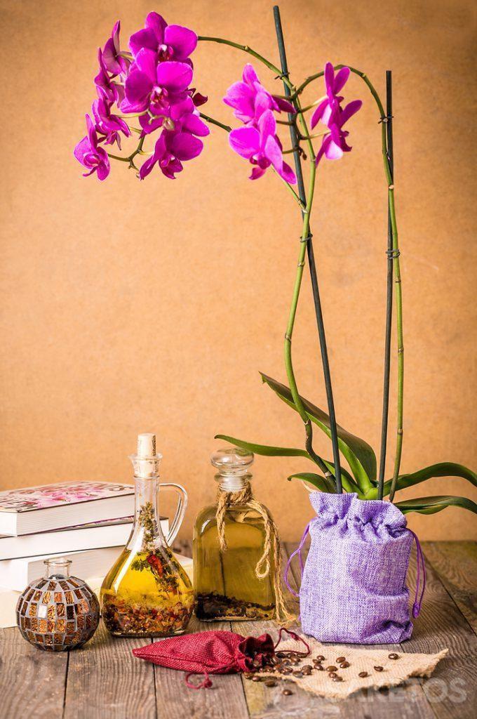 Orquídea puesta en una bolsa decorativa de yute