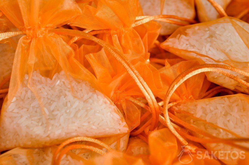 Bolsas de organza naranjas con arroz