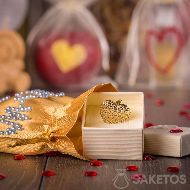Joyas envueltas para regalo en una bolsa de satén dorada